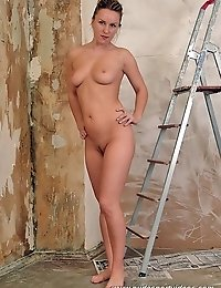 A curvy blonde performing nude workout in the trashy-looking room