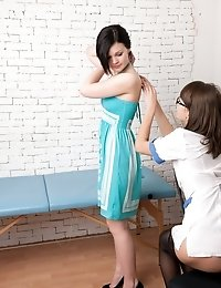 Brunette patient seduced by a lesbian gyno doctor