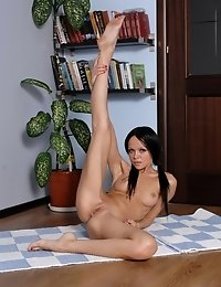 Flexible minx amazes with her naked stretching