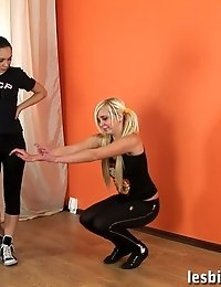 Brunette practices a blondie in lesbian sports