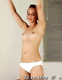 Amateur gymnast stretches and plays with her clitoris
