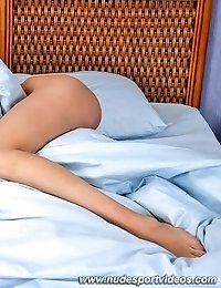 Nude flexigirl working out right in bed