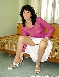 Mature Valeria is spreading her pantyhosed legs