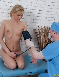 Submissive blondie undergone the oral and gyno exam