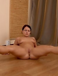Amazingly bent nude body of a gymnast babe